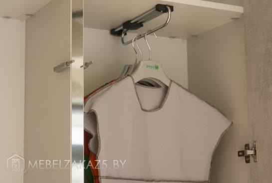 Распашной шкаф с вешалками для верхней одежды