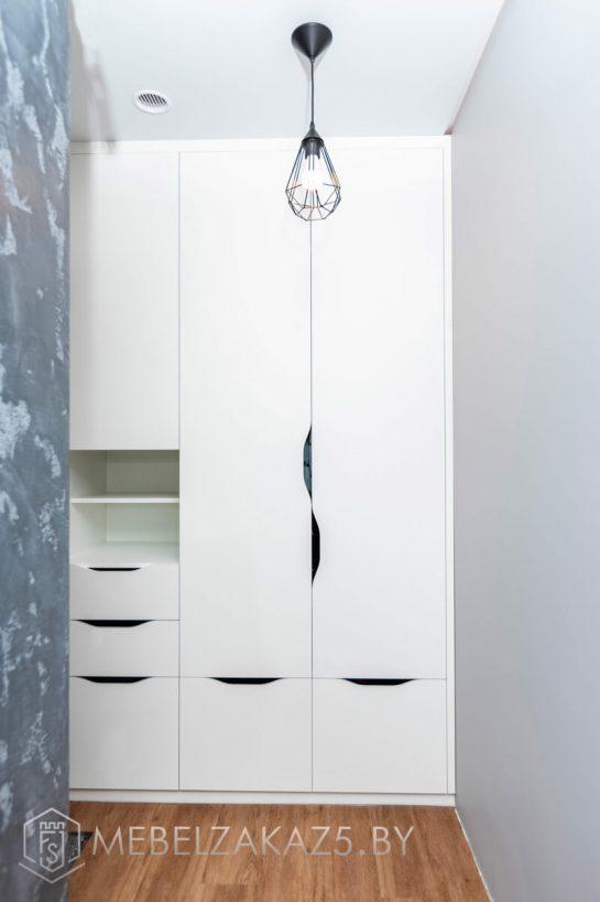 Современный трехстворчатый распашной шкаф