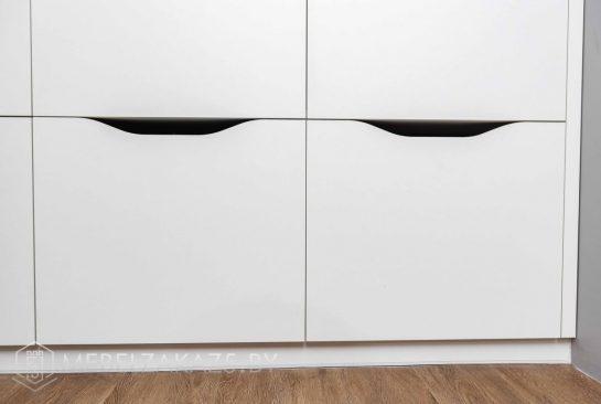 Современный трехстворчатый распашной шкаф с выдвижными ящиками
