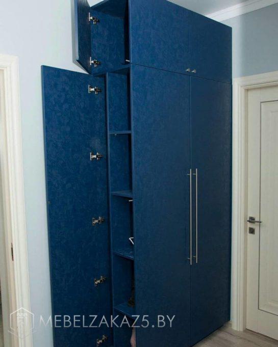 Синий распашной шкаф