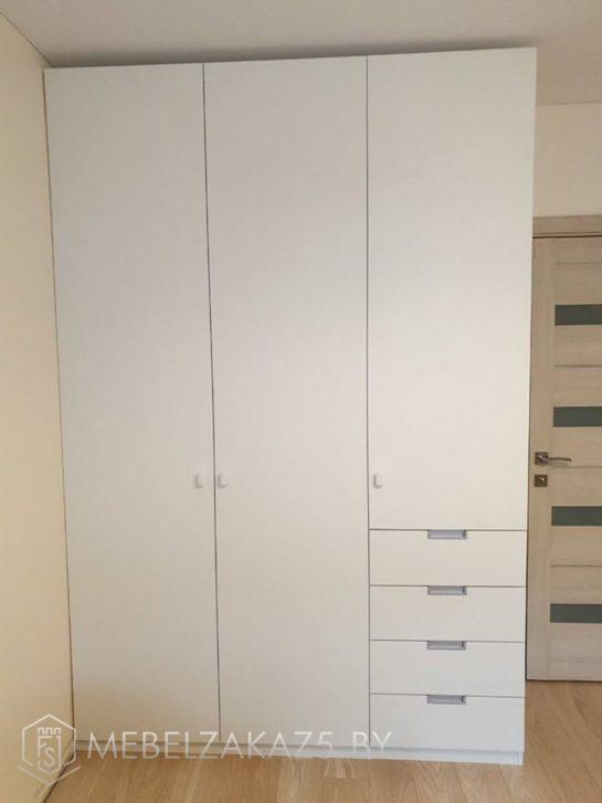 Белый распашной трехдверный шкаф