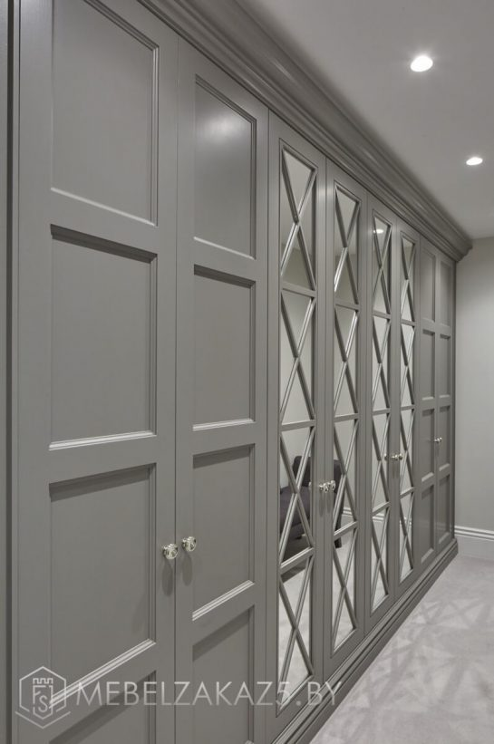 Классический серый комбинированный распашной шкаф