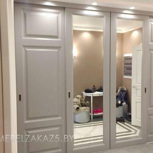 Современным встроенный четырехдверный шкаф