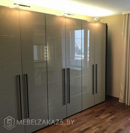 Серый шестидверный распашной шкаф