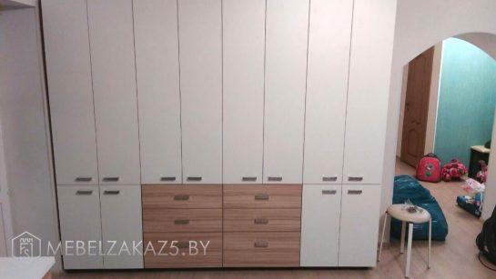Распашной шкаф в спальню в скандинавском стиле