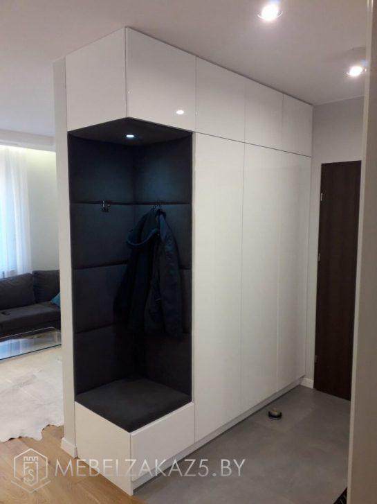 Белый распашной шкаф в стиле минимализм