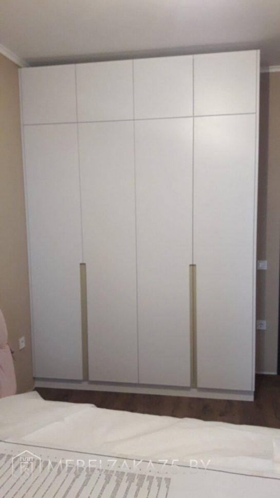 Распашной шкаф с четырьмя дверями