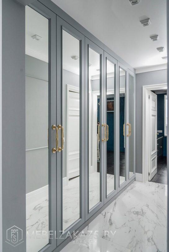 Встроенный зеркальный распашной шкаф