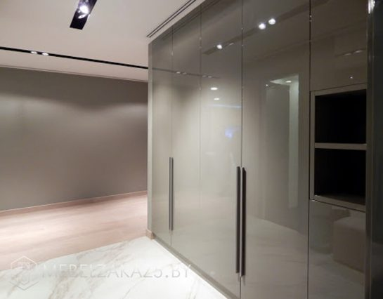 Глянцевый распашной шкаф серого цвета