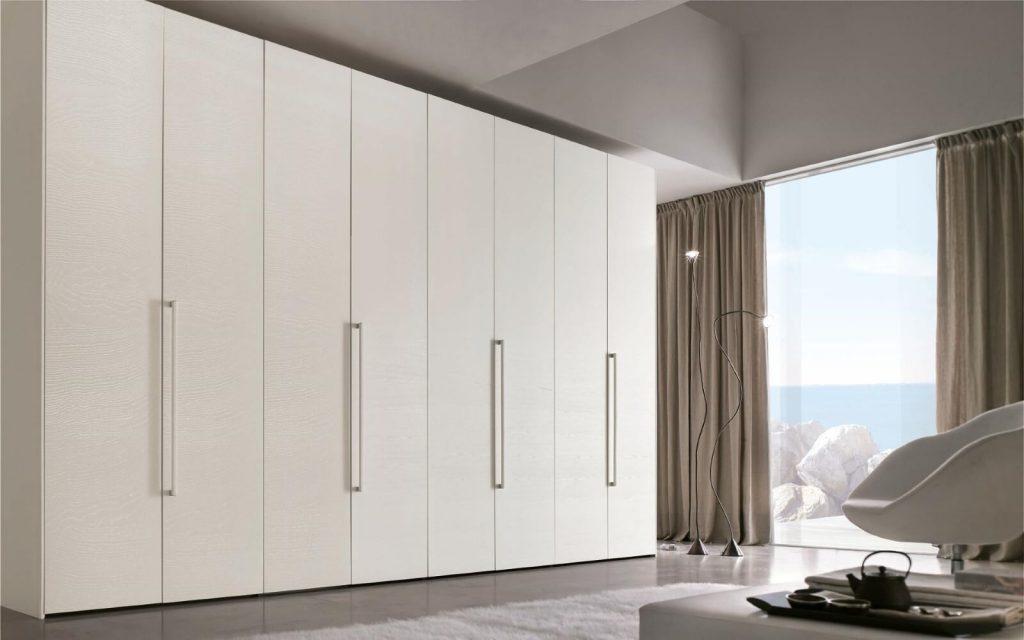 Белый шкаф с распашными дверями
