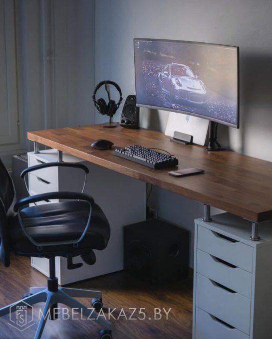 Компьютерный стол с белыми ящиками