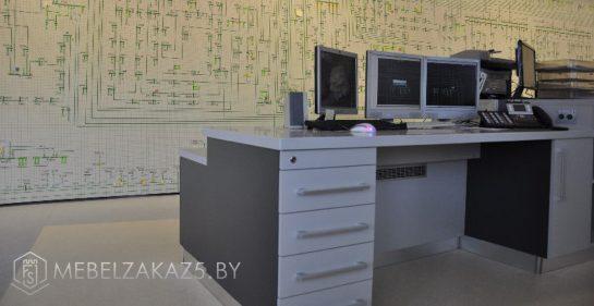 Компьютерный стол с ящиками в офис
