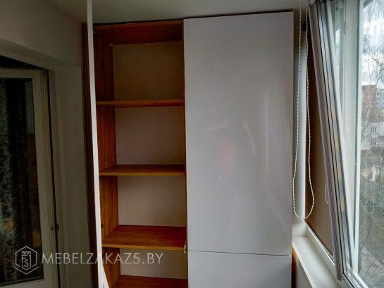 Распашной шкаф на балкон в скандинавском стиле
