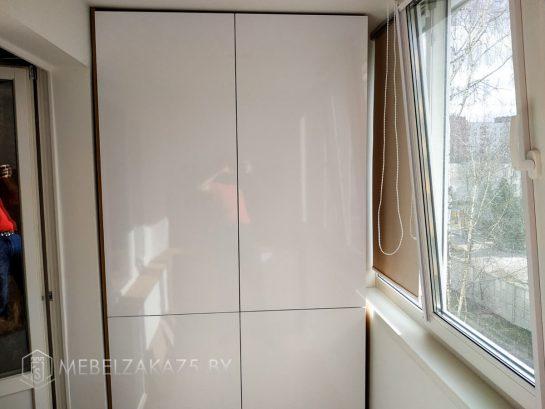 Белый распашной шкаф на балкон