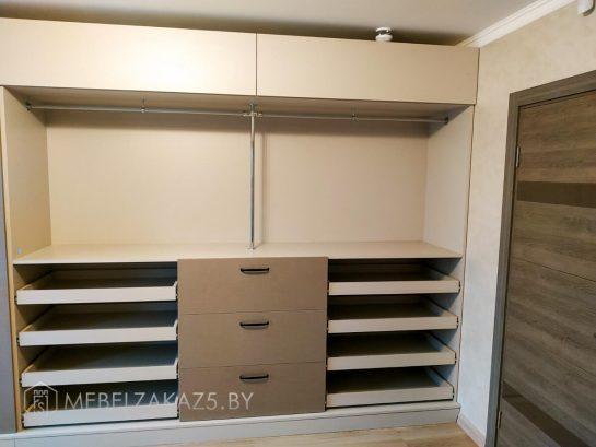 Гардеробный шкаф полузакрытого типа