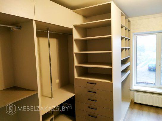 Шкаф для гардеробной с открытыми полками
