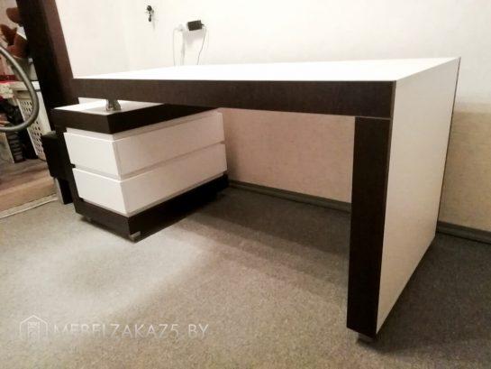 Черно белый письменный стол