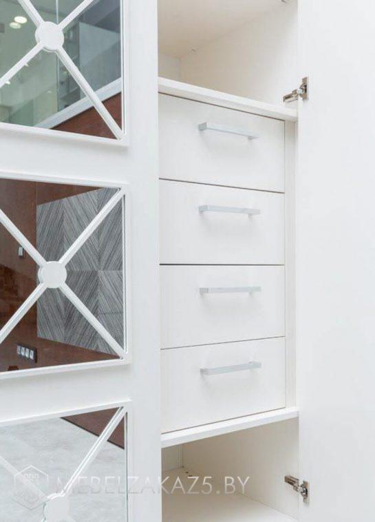 Белый распашной шкаф в детскую