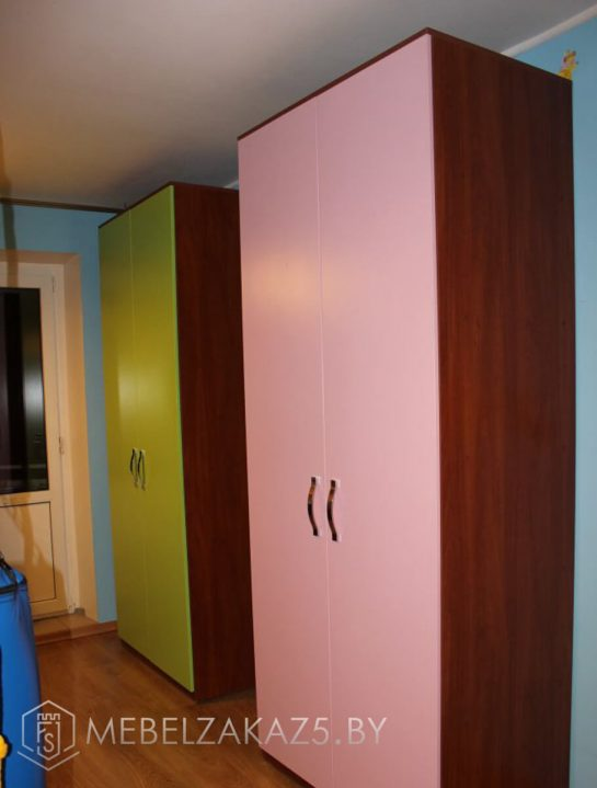 Яркие распашные шкафы в детскую